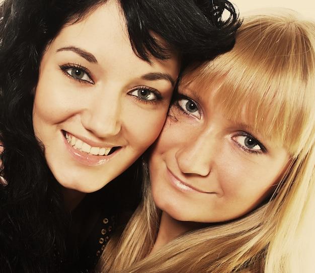 Duas mulheres jovens
