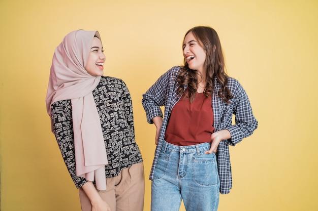 Duas mulheres lado a lado rindo enquanto brincam