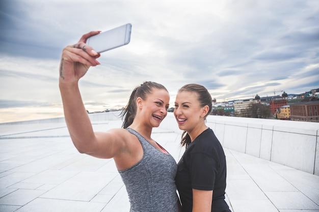 Duas mulheres, levando, um, selfie, após, malhação