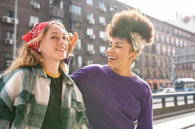 Duas mulheres multicultural, conceitos homossexuais de amor e amizade.