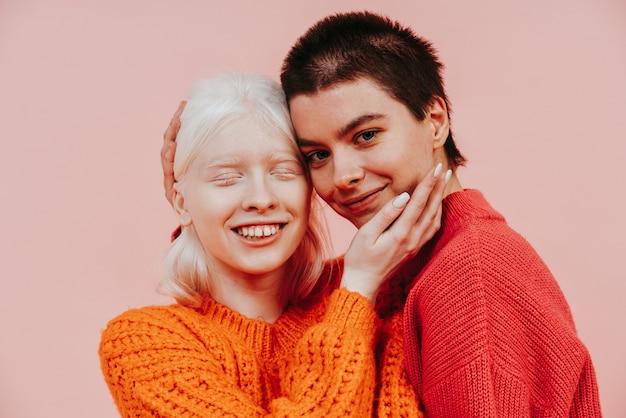 Duas mulheres multiétnicas com diferentes tipos de pele posando juntas no estúdio. conceito sobre o corpo