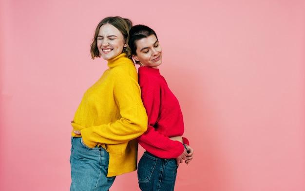 Duas mulheres multiétnicas com diferentes tipos de pele posando juntas no estúdio. conceito sobre positividade corporal e autoaceitação