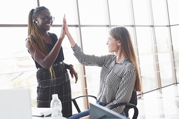 Duas mulheres multirraciais estão satisfeitas com o documento que fizeram