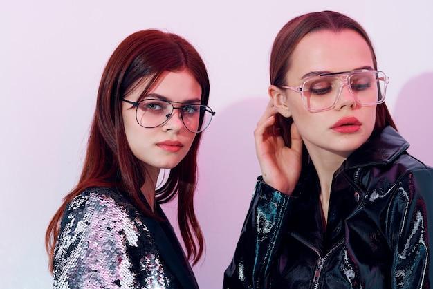 Duas mulheres na moda, estilo moderno, dança discoteca