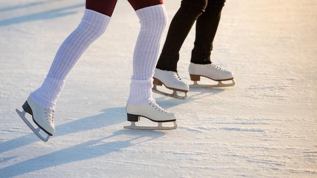 Duas mulheres na pista de gelo no inverno, copie o espaço