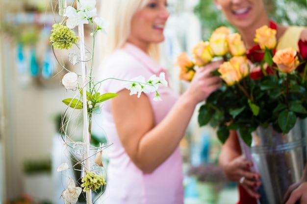 Duas mulheres, olhar, buquet rosas, em, loja flor
