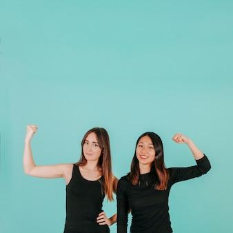 Duas mulheres que apresentam músculos