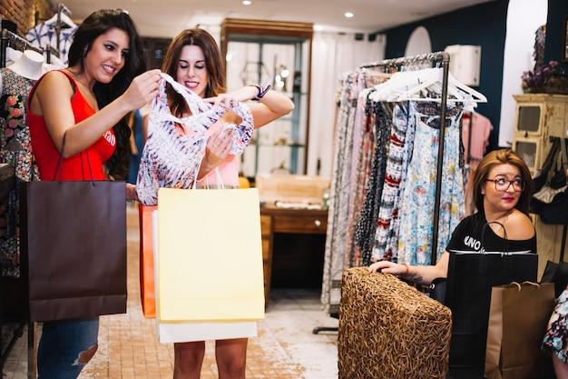 Duas mulheres que olham o vestido