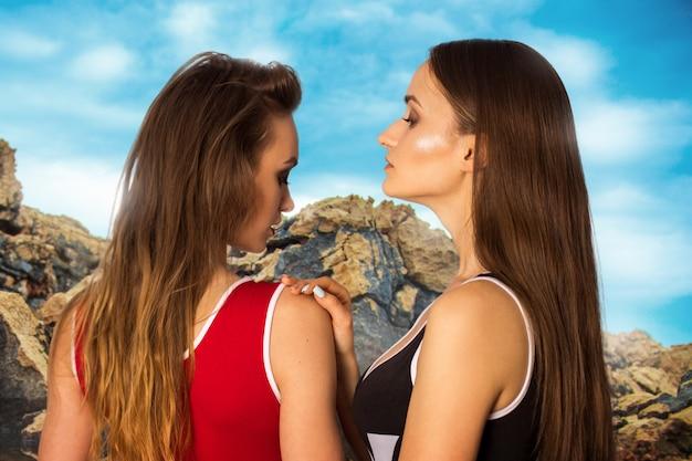 Duas mulheres sexy em maiô na praia