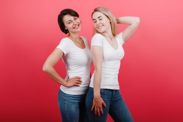 Duas mulheres têm um tempo divertido, parecendo satisfeitas.