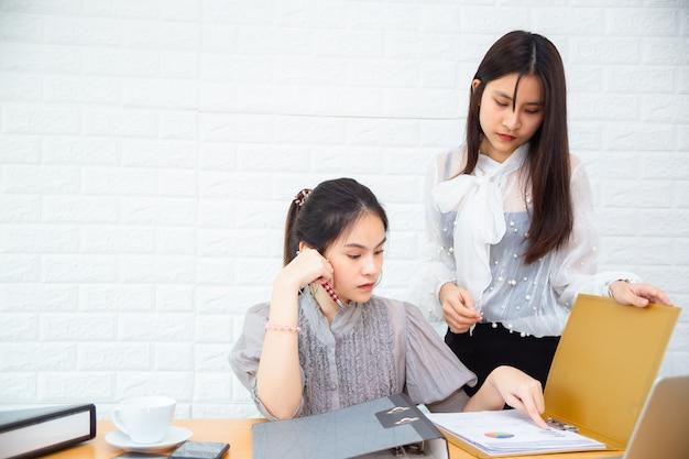 Duas mulheres, trabalhando, escritório