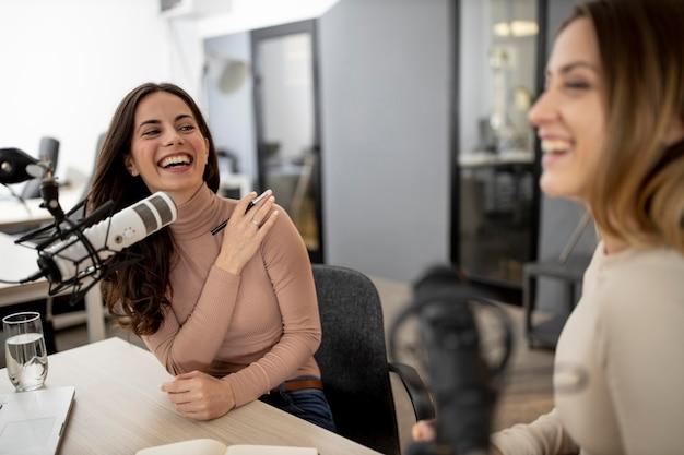 Duas mulheres transmitindo no rádio juntas