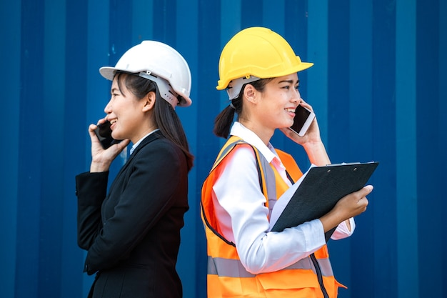 Duas mulheres usando smartphone e conversando