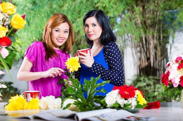 Duas namoradas asiáticas com flowrers