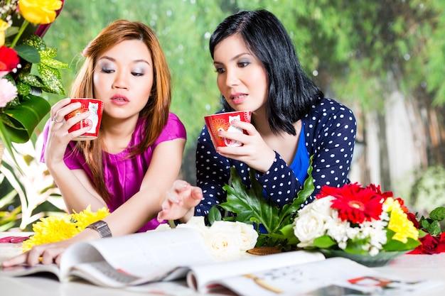 Duas namoradas asiáticas com revista de moda