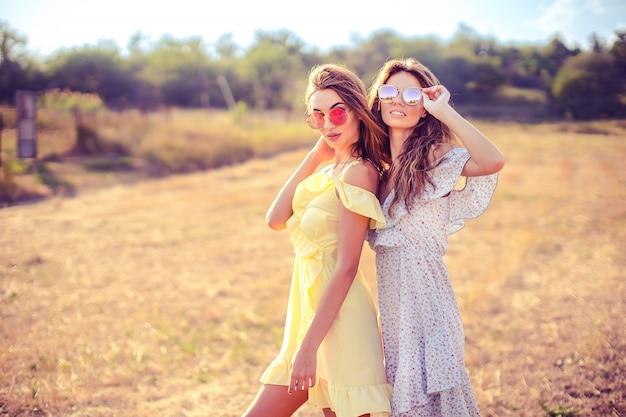 Duas namoradas bonitas em vestidos de verão
