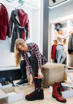 Duas namoradas comprando roupas e sapatos