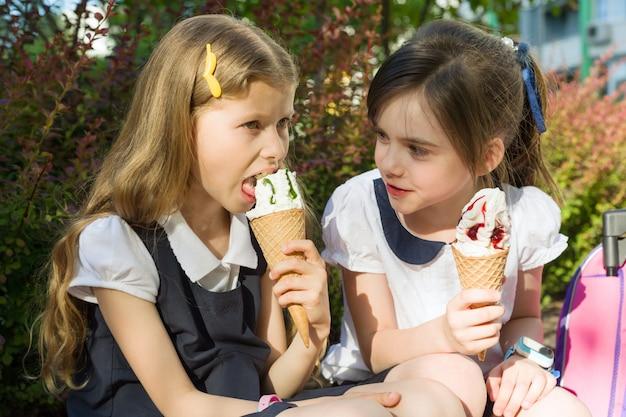 Duas namoradas de 7 anos comendo sorvete