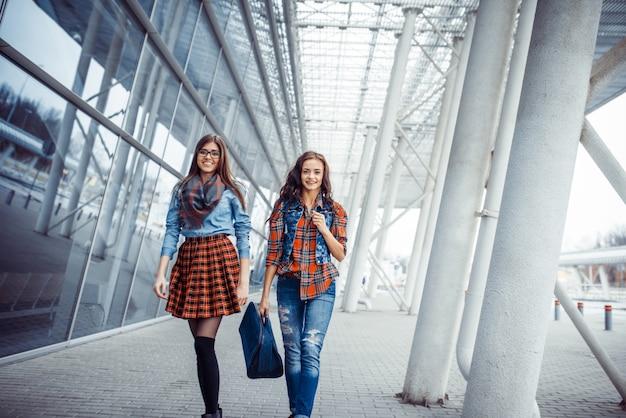 Duas namoradas que encontram-se no aeroporto.
