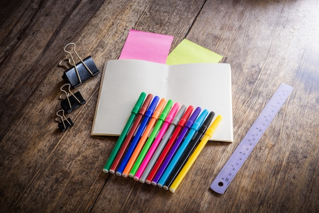 Duas notas auto-adesivas coloridas em branco, caderno, lápis, marca-texto, clip, cores mágicas, régua