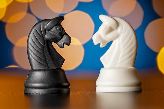 Duas peças de xadrez de cavalo em preto e branco