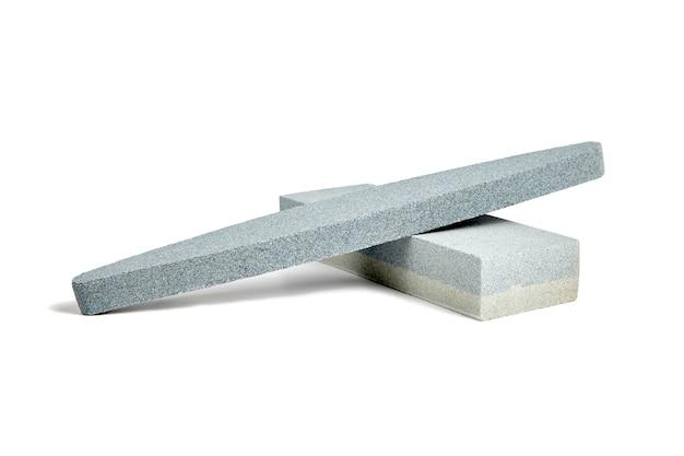 Duas pedras de amolar. amolador de pedra de amolar ou amolar, isolado no fundo branco