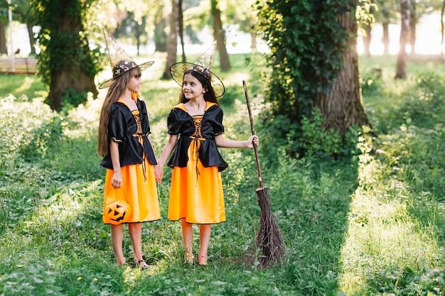 Duas pequenas bruxas tendo um bom diálogo