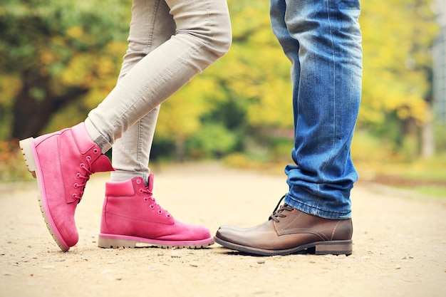 Duas pernas no parque no outono