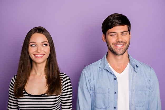 Duas pessoas casal olhando nos olhos um do outro tem plano criativo complicado conhecer segredo privado usar roupa casual elegante parede de cor roxa pastel isolada