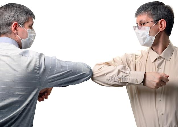 Duas pessoas cumprimentam cotoveladas, novo estilo de saudação durante a propagação do coronavírus