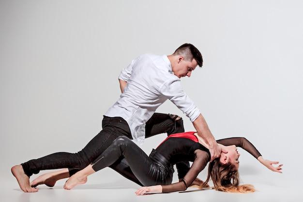 Duas pessoas dançando
