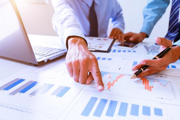 Duas pessoas de homem de negócios trabalhando analisando e calcular