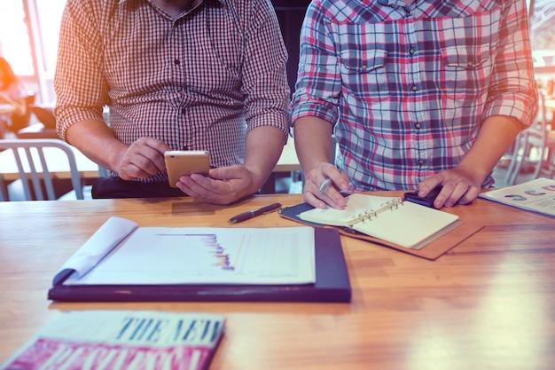 Duas pessoas de negócios que falaram seriamente sobre novos projetos