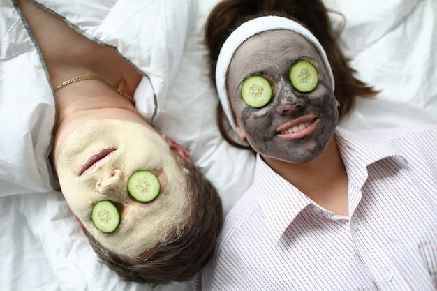 Duas pessoas desfrutando de tratamentos de beleza