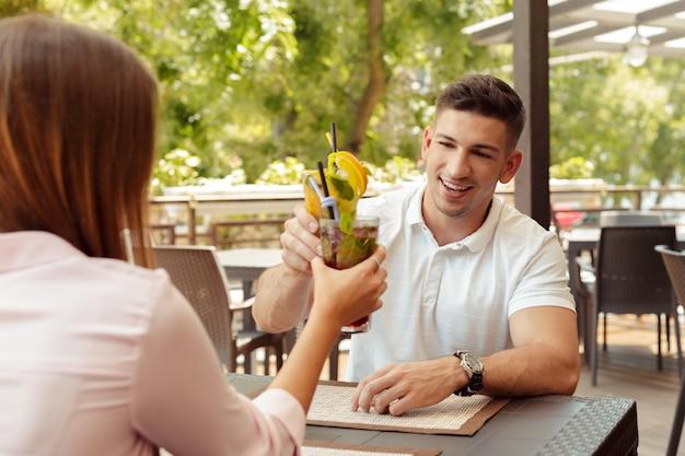 Duas pessoas no café, aproveitando o tempo gasto um com o outro