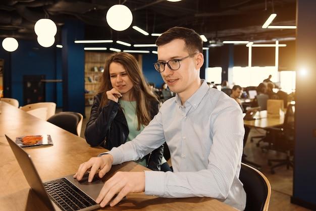 Duas pessoas trabalhando no escritório