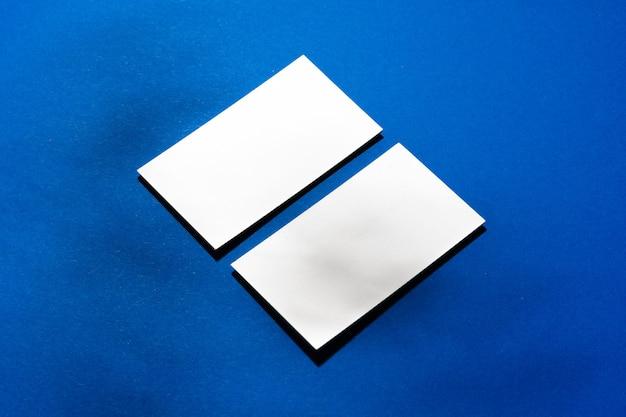 Duas pilhas de cartões de visita em branco