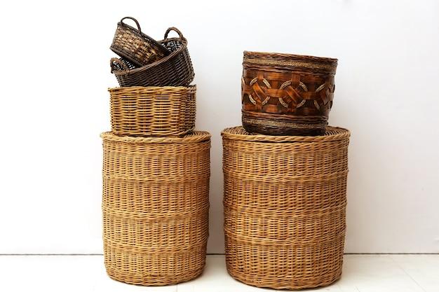 Duas pilhas de cestos de palha de vime natural feitos à mão para armazenamento doméstico