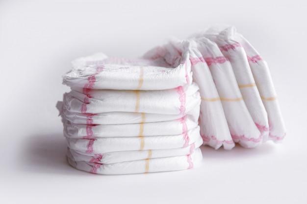 Duas pilhas de fraldas isoladas no fundo branco