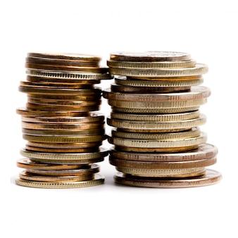 Duas pilhas de moedas isoladas no fundo branco