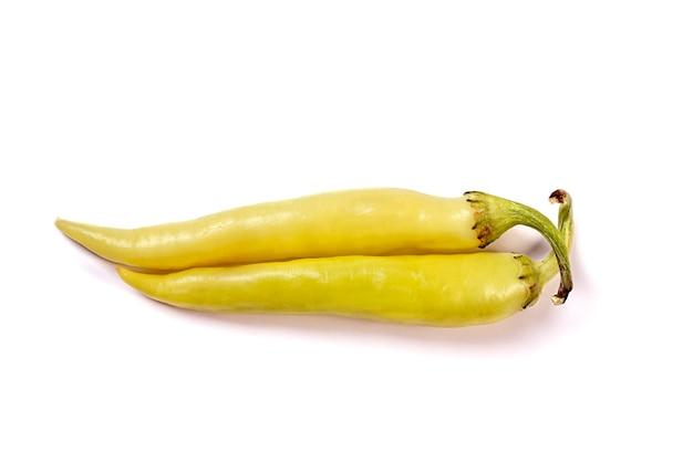 Duas pimentas amarelas quentes isoladas no fundo branco