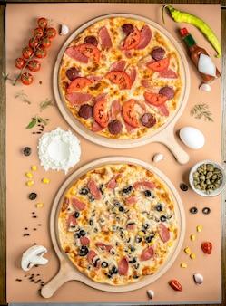 Duas pizzas na vista de cima da mesa