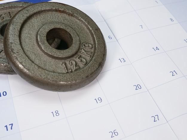 Duas placas de peso em um calendário
