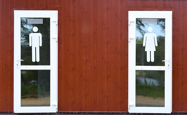 Duas portas com símbolos de gênero masculino e feminino