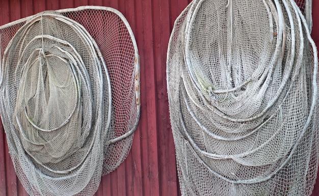Duas redes de pesca na parede