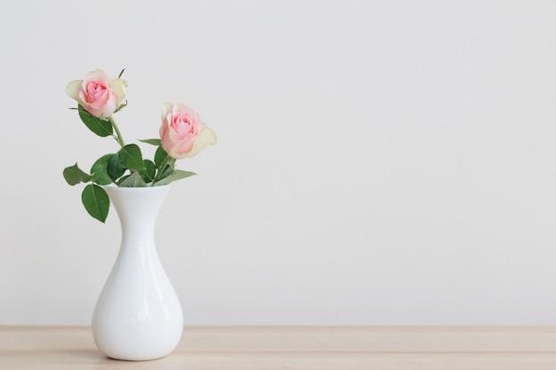 Duas rosas em um vaso