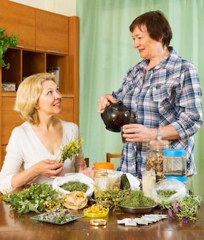 Duas seniore mulheres com ervas
