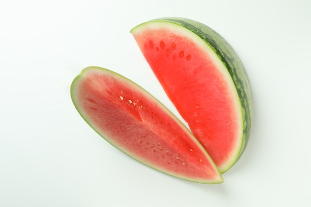 Duas suculentas fatias de melancia em fundo branco