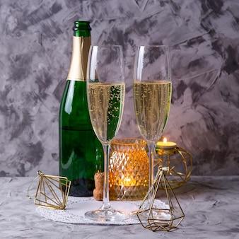 Duas taças de champanhe ao lado de uma garrafa