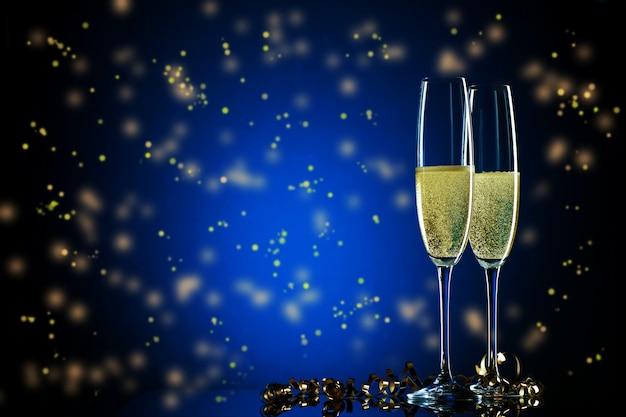 Duas taças de champanhe com bolhas